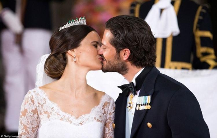 Hoàng tử Thụy Điển kết hôn với người mẫu ngực trần