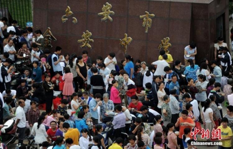Học sinh Trung Quốc vừa truyền nước, thở oxy vừa học bài