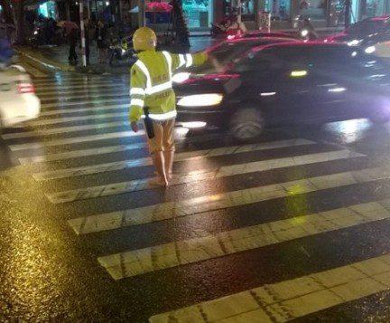 Hình ảnh lạ lẫm của CSGT trên phố Hà Nội khiến dân mạng xôn xao