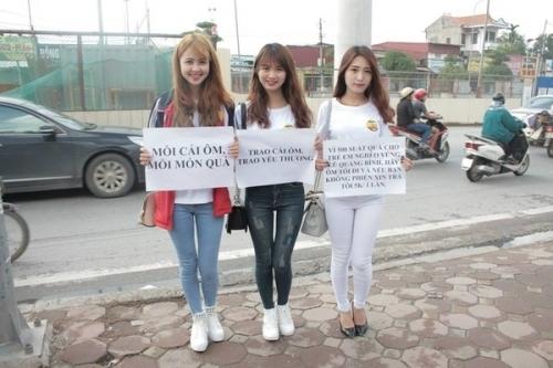 """Á khôi Imiss Thăng Long 2015 lại xuống phố mời """"ôm thuê"""""""