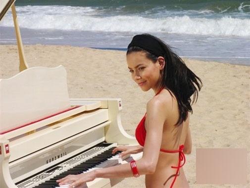 """""""Lục lại"""" hình sexy chưa công bố của Hà Hồ trên biển 10 năm trước"""