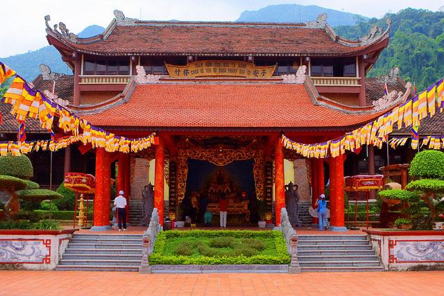 Không phải mùa lễ hội, du lịch Yên Tử vẫn thu hút đông đảo du khách quốc tế