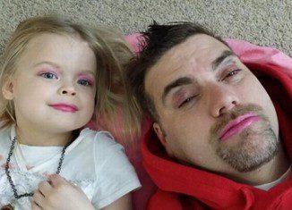 Cười thả phanh với 17 khoảnh khắc chơi đồ hàng của bố và con gái