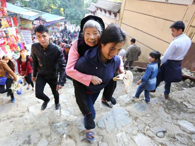 Cảm phục nàng dâu cõng mẹ chồng 80 tuổi đi lễ chùa Hương