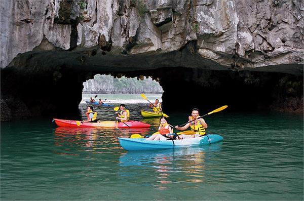 Trải nghiệm vẻ đẹp vịnh Hạ Long bằng thuyền kayak