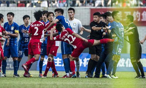 Ramires bị tấn công khi vừa ra khỏi sân Trung Quốc
