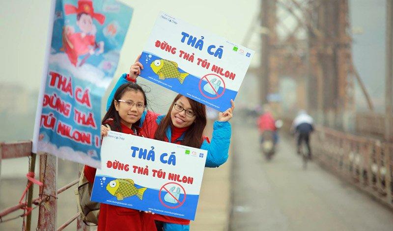 """""""Công nghệ"""" độc đáo giúp thả cá chép từ cầu Long Biên"""