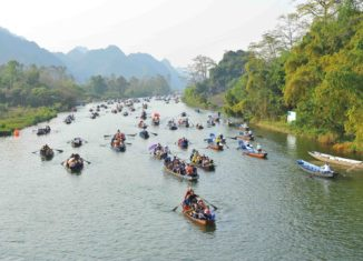 Những hình ảnh phản cảm tại lễ hội chùa Hương