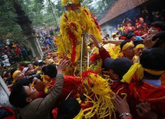 Hàng trăm thanh niên lao vào tranh cướp hoa tre tại lễ hội đền Gióng