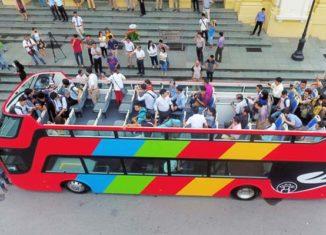 Xe buýt hai tầng mui trần dạo quanh thành phố