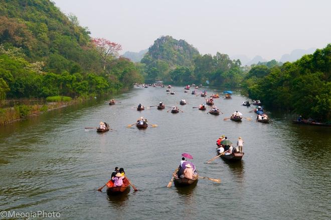 Lượng khách du lịch về khai hội chùa Hương tăng mạnh