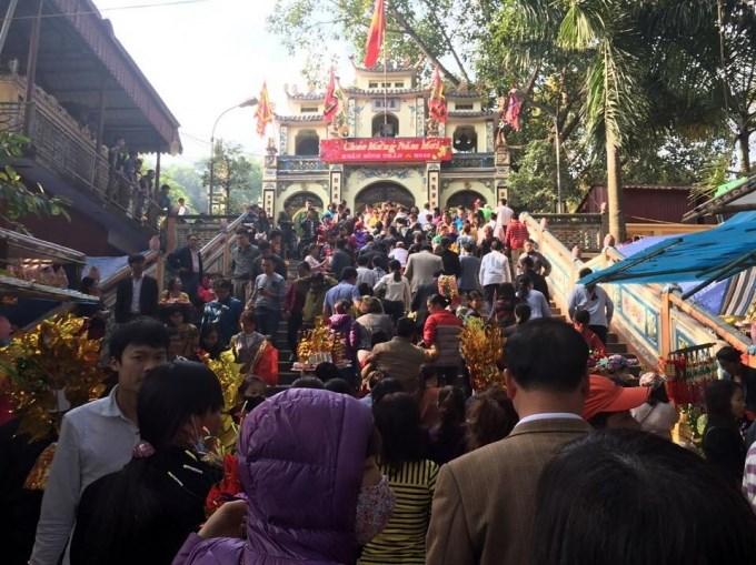 Du khách nô nức đi lễ đền bà chúa Kho