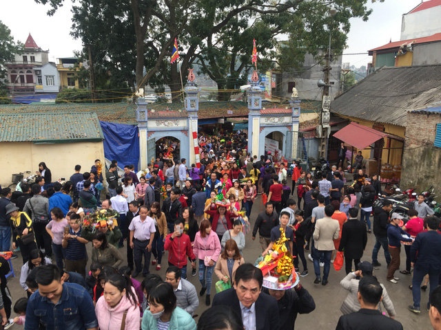 Hàng vạn du khách chen chân đi lễ đền bà chúa Kho