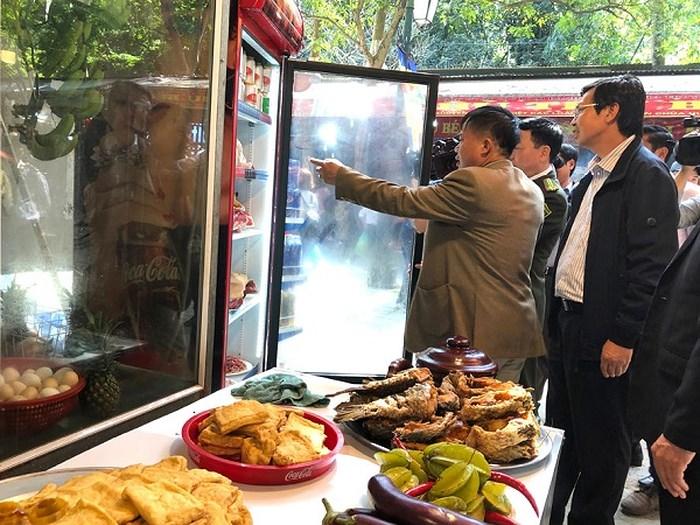 Nhiều nhà hàng trong khu vực chùa Hương vi phạm về đảm bảo ATVSTP